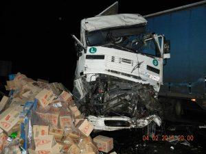 Денем и нощем в Славотин катастрофират тежки камиони и разпиляват стоки - храни, техника и оборудване. Местните хора прибират каквото могат - като компенсация за страха и разрушенията.